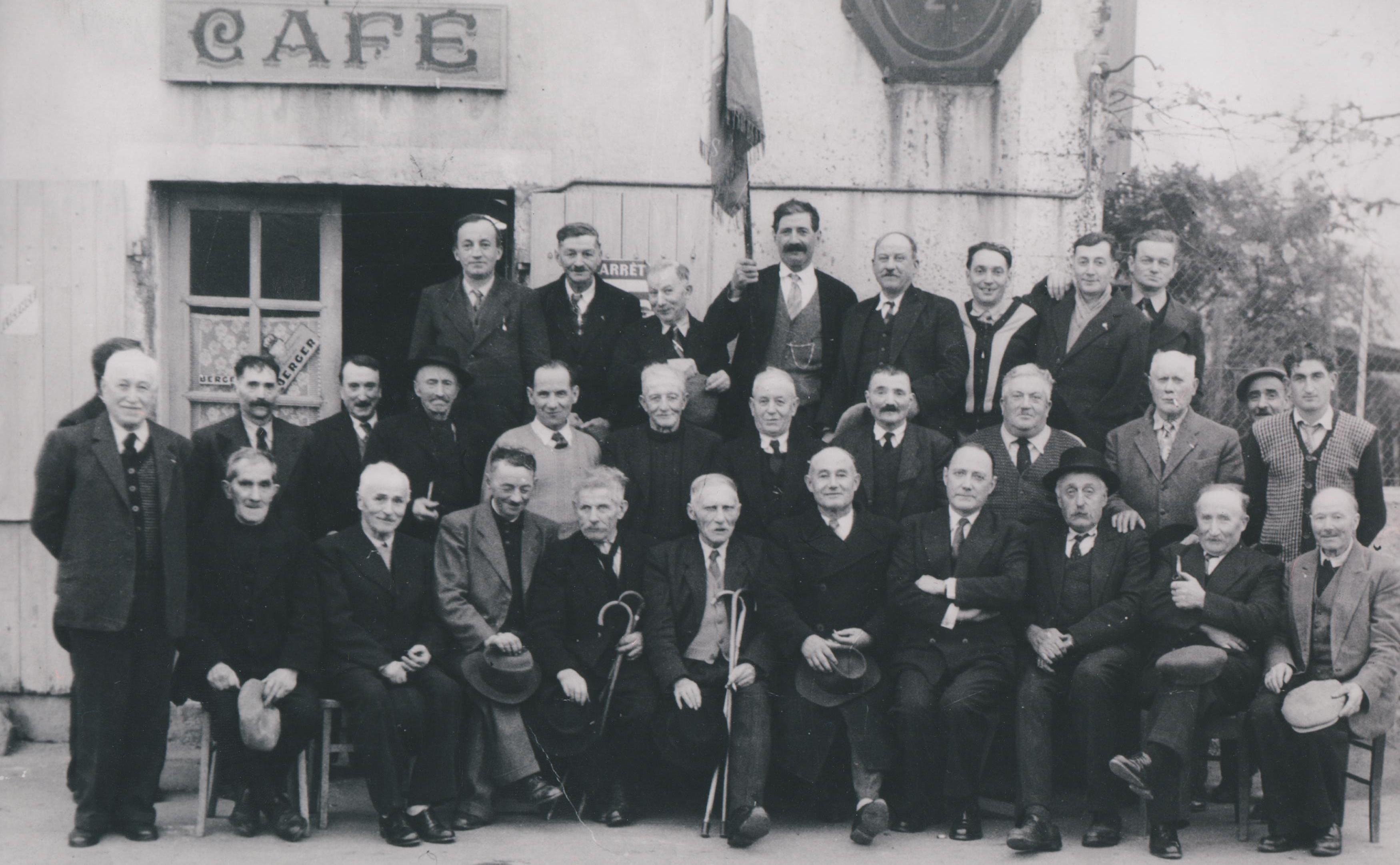 les-participants-a-un-banquet-danciens-combattants-14-18-39-45-dans-le-debut-des-annees-1950
